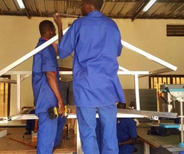 workshop-lernende-beim-basisstation-bauen