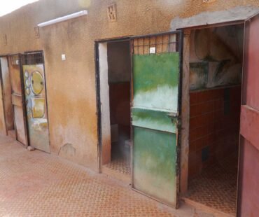 die-alten-Mädchen-Duschen-und-Toiletten